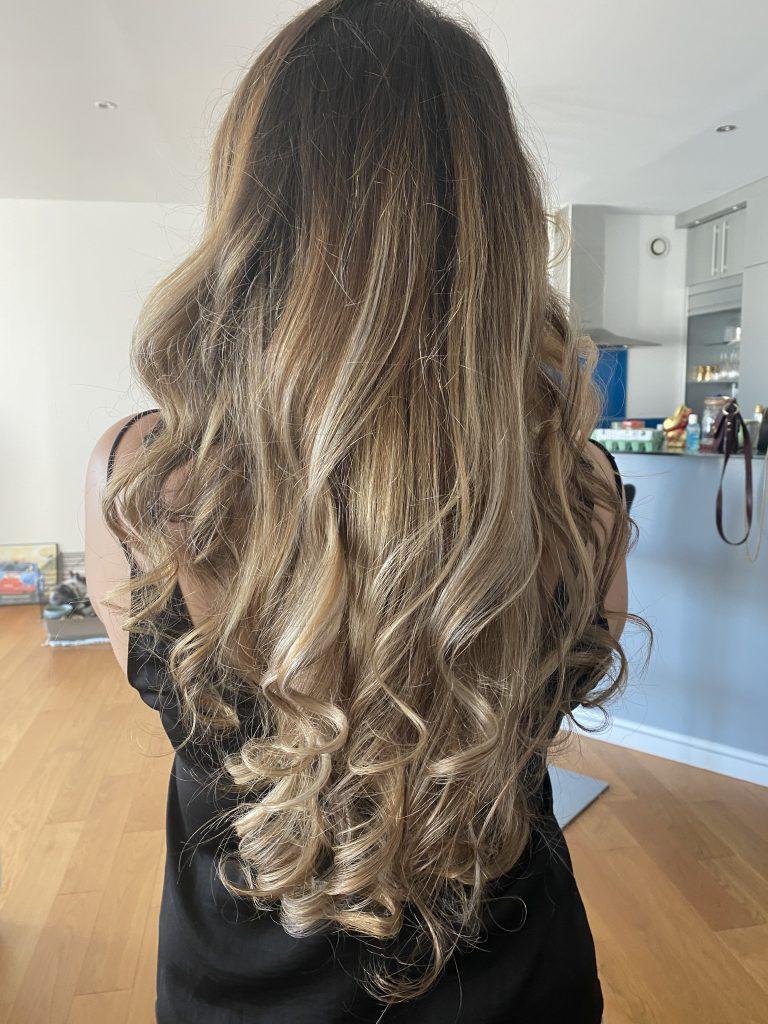 femme blonde aux cheveux longs bouclés