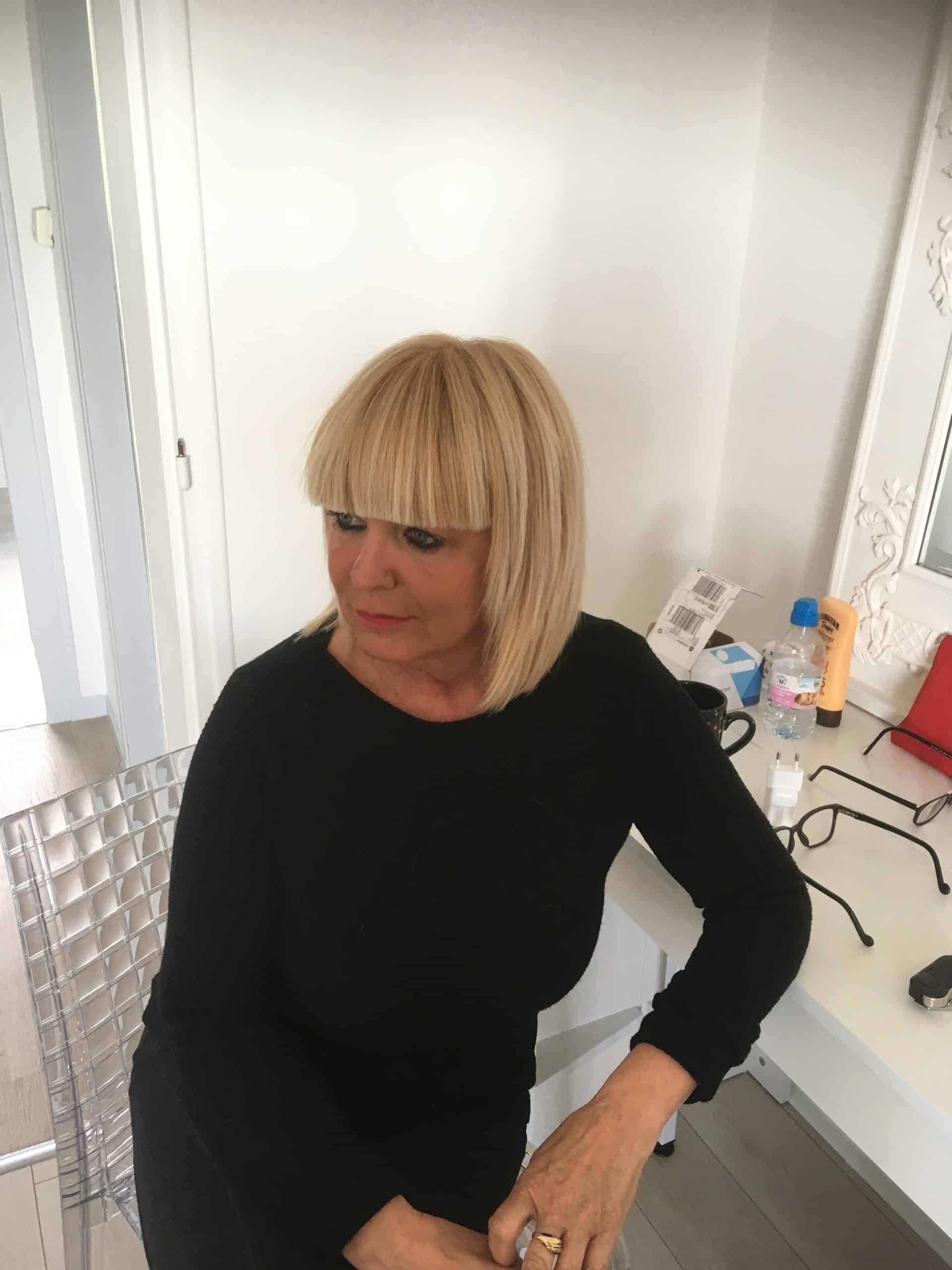 femme carré blond frange