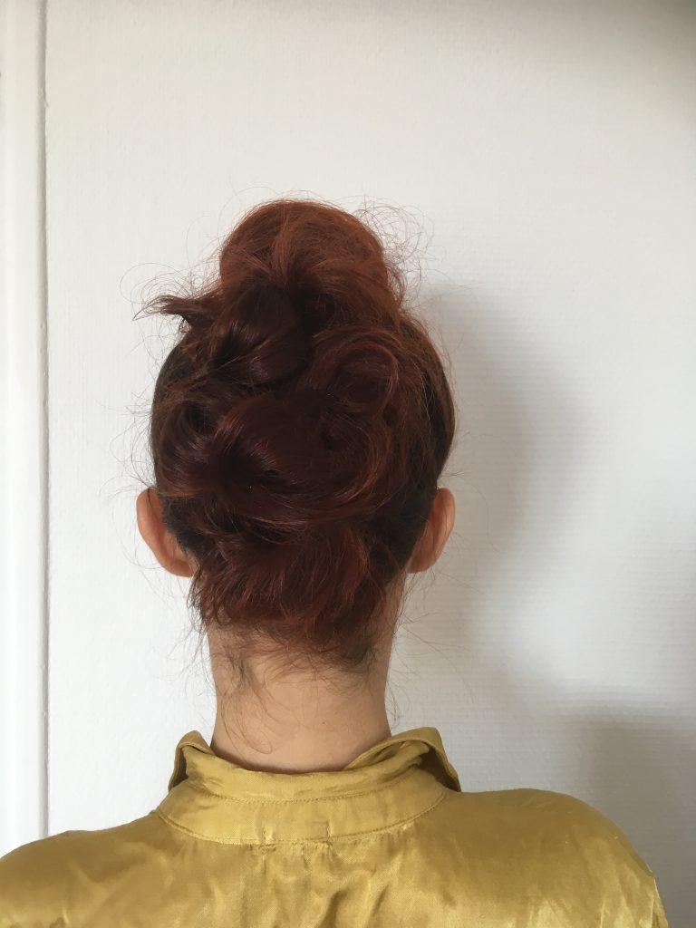 femme avec attache dans les cheveux
