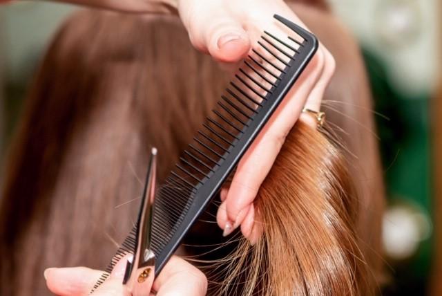 coiffure aux ciseaux et au peigne