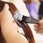femme qui se fait colorer une mèche cheveux