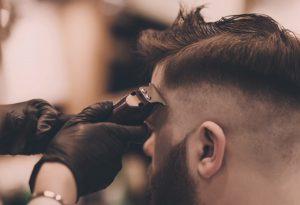 homme coupe cheveux au rasoir électrique