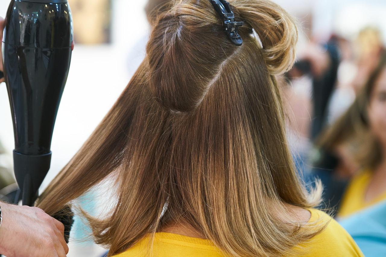 coiffage femme avec sèche cheveux et brosse