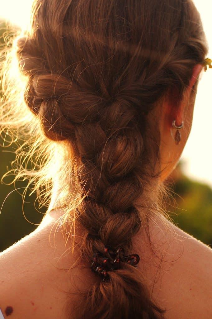 femme tresse cheveux