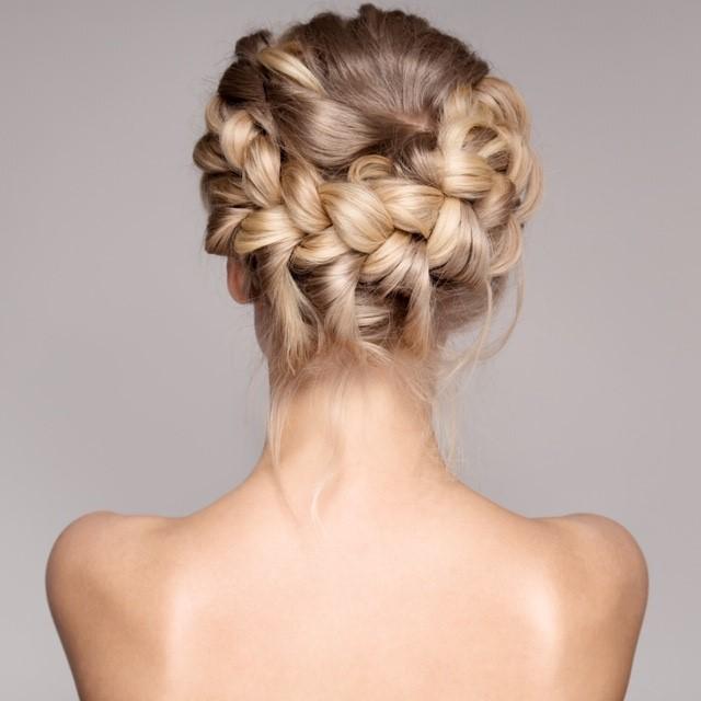 tresse cheveux blonds femme de dos