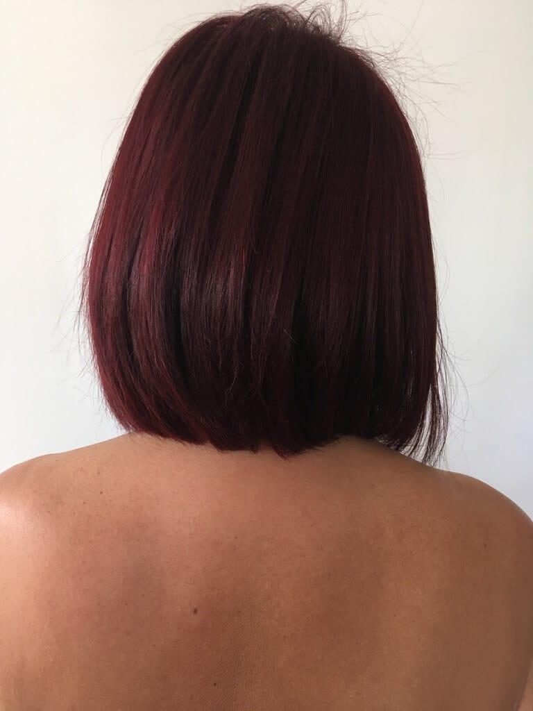 femme cheveux couleur rouge de dos