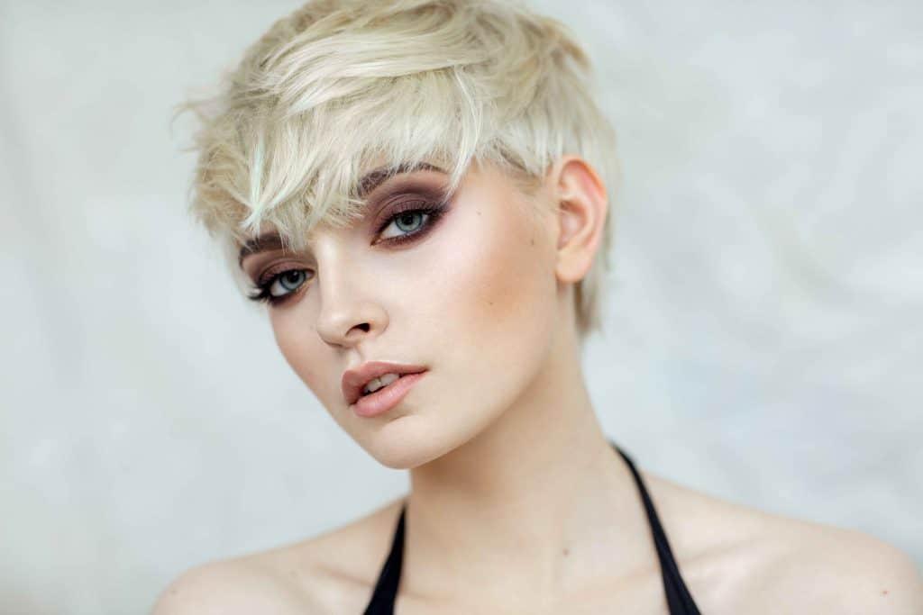 portrait blonde cheveux courts